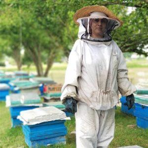 خانم حامیان زنبوردار حرفه ای