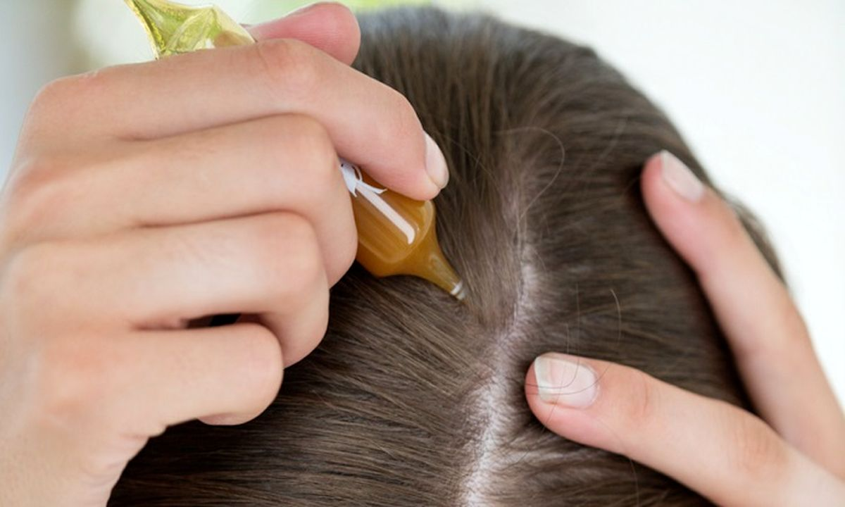 مالیدن روغن زیتون به پوست سر، شادابی و درخشندگی موها را به همراه دارد.