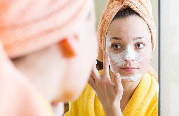 ماسک روغن زیتون با ترکیبات مختلفی همچون عسل و آووکادو تهیه میشود.