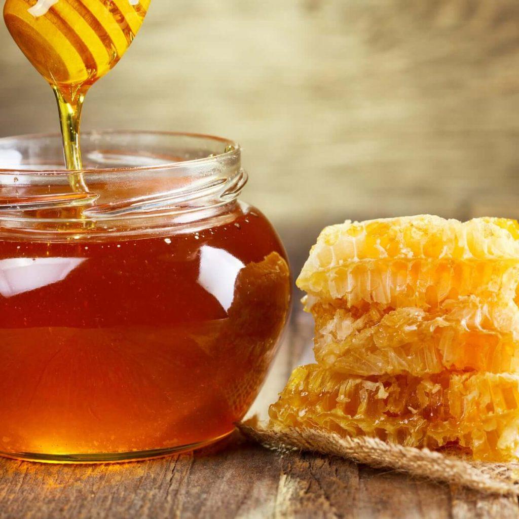 استفاده از عسل یک روش درمانی سنتی برای درمان سرفه به شمار میرود.