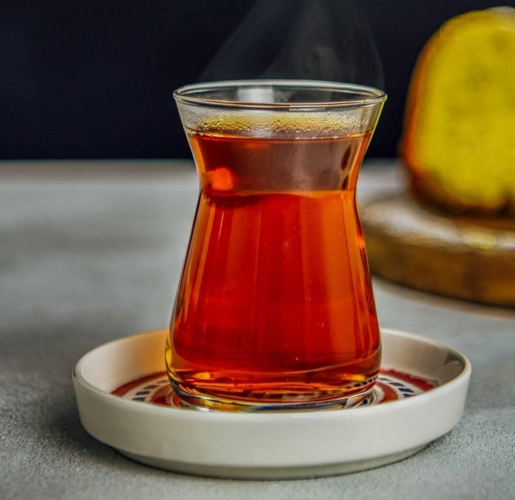 بهتر است چای را همراه با شیرینیهای طبیعی مثل خرما، توت و عسل بنوشید.