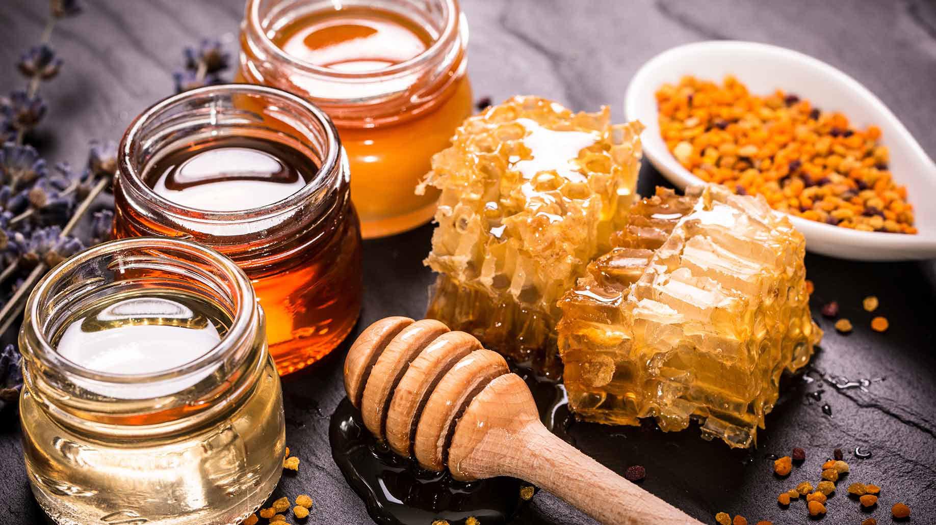 مصرف به اندازه عسل در طول روز به هضم و جذب بیشتر غذا کمک میکند.