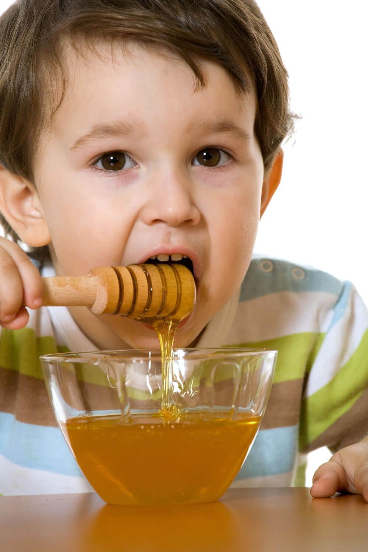 از خوراندن عسل به کودکان زیر دوسال باید پرهیز کرد.