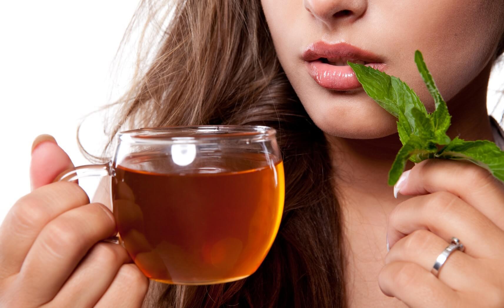 مصرف چای سبز به بازسازی و پاکسازی پوست کمک میکند.