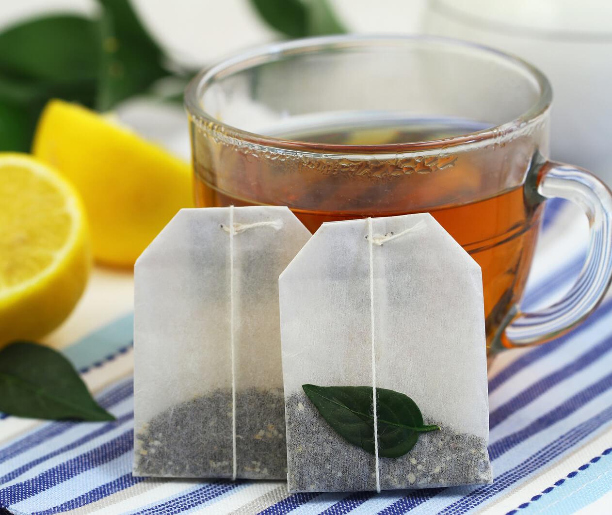 از خواص چای میتوان برای بهبود عارضههای چشمی کودکان و نوزادان بهره برد.