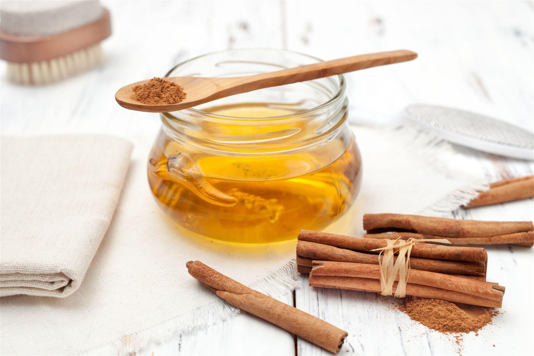 خوردن عسل با پودر دارچین برای درمان معده درد بسیار مفید است.