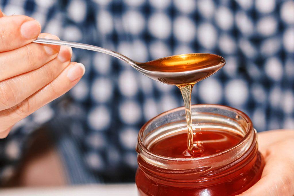عسل یک ماده طبیعی و بسیار مفید برای درمان کم خونی به حساب میآید.