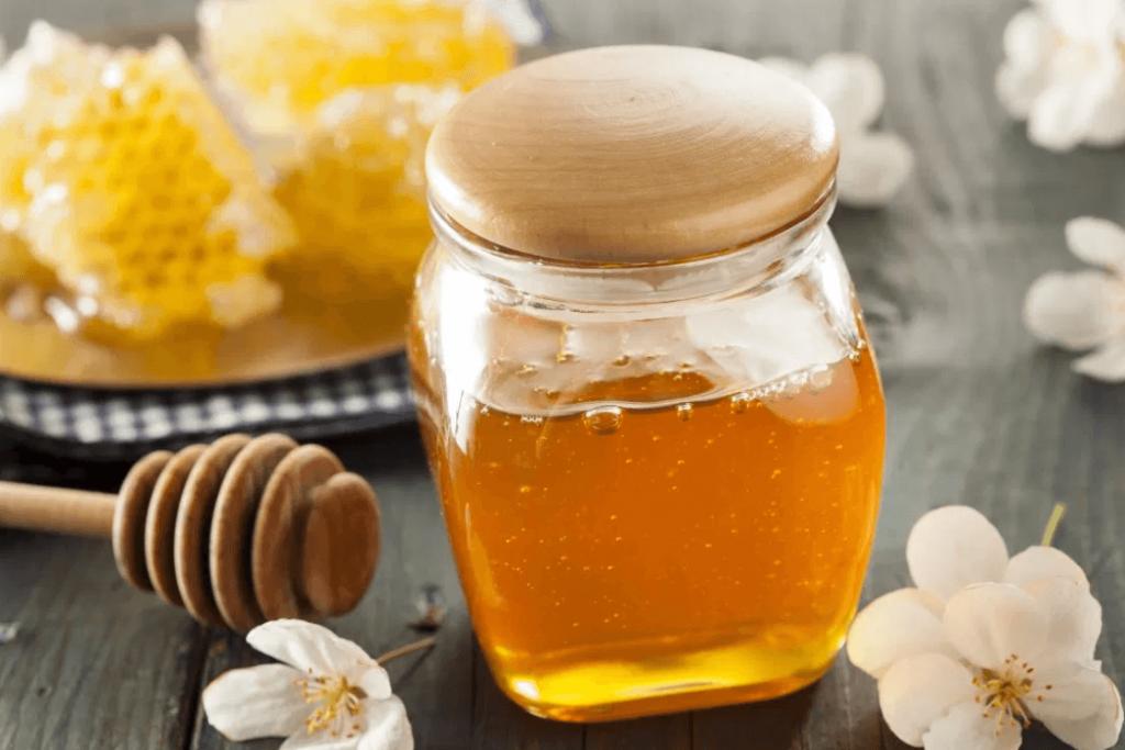 استفاده از عسل طبیعی میتواند تب را تا حد زیادی کنترل کند.