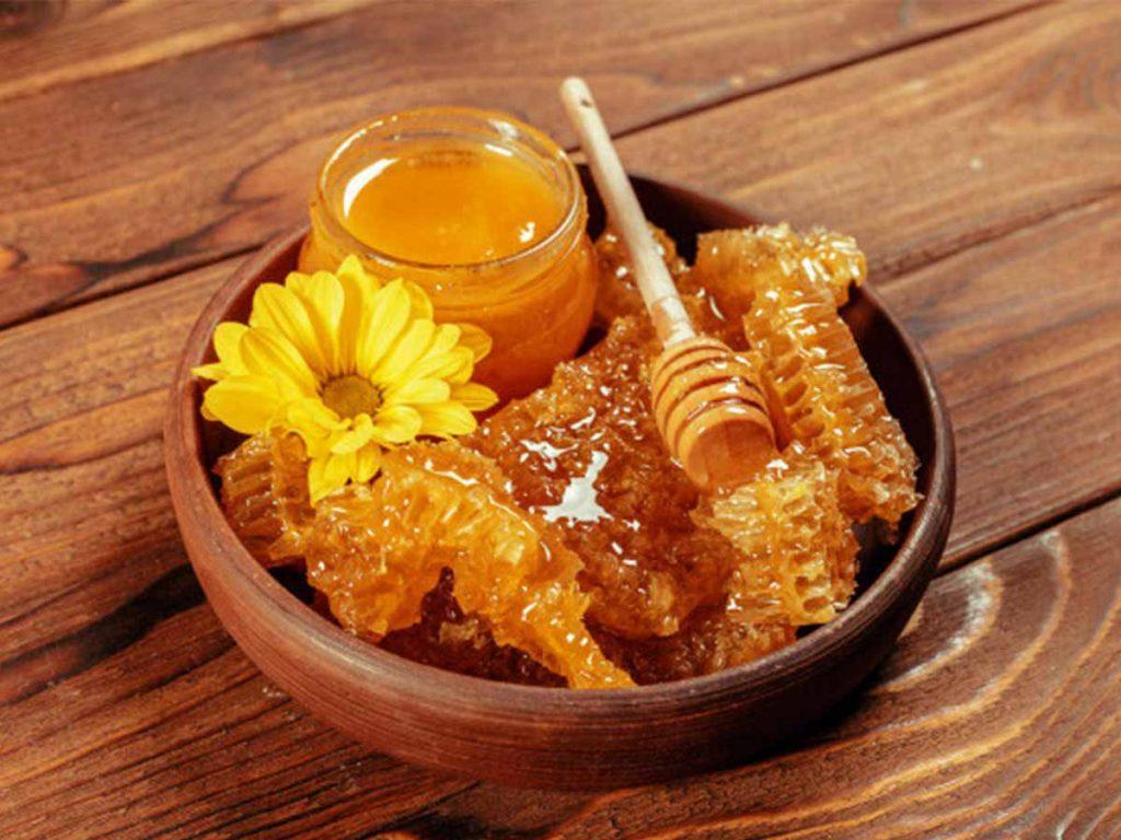 عسل یکی از روش های درمانی سنتی برای تب به شمار میرود.