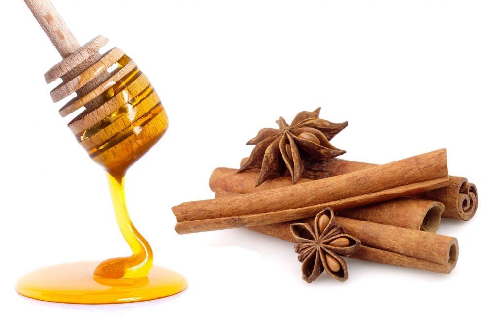 ترکیب عسل و پودر دارچین برای از بین بردن بوی بد دهان مفید است.