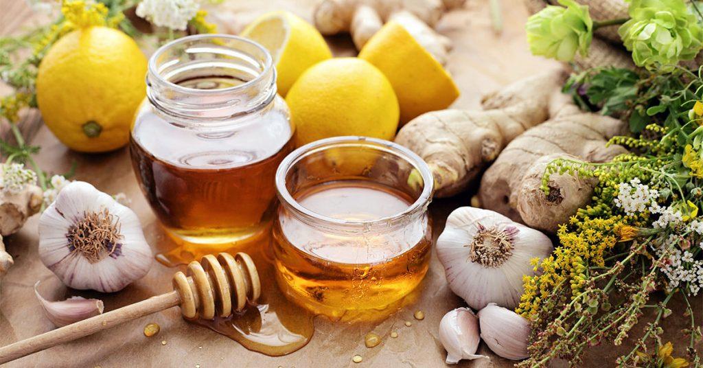 ماساژ ترکیب لیمو و عسل بر روی لثهها التهاب را تسکین میدهد.
