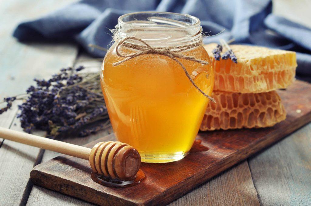 یک راه درمان طبیعی برای دندان درد استفاده از عسل است.