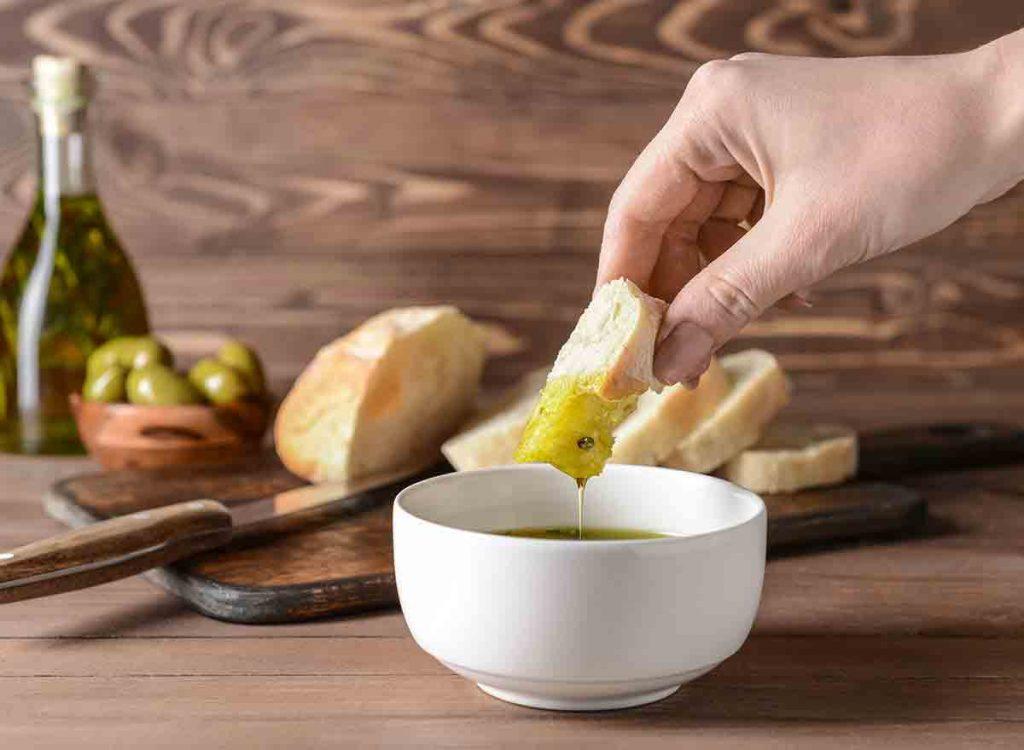 روغن زیتون را میتوان برای تهیه بسیاری از غذاها استفاده کرد.