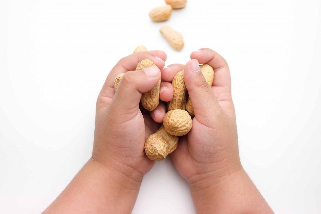 بادام زمینی فواید متعددی برای کودکان دارد.