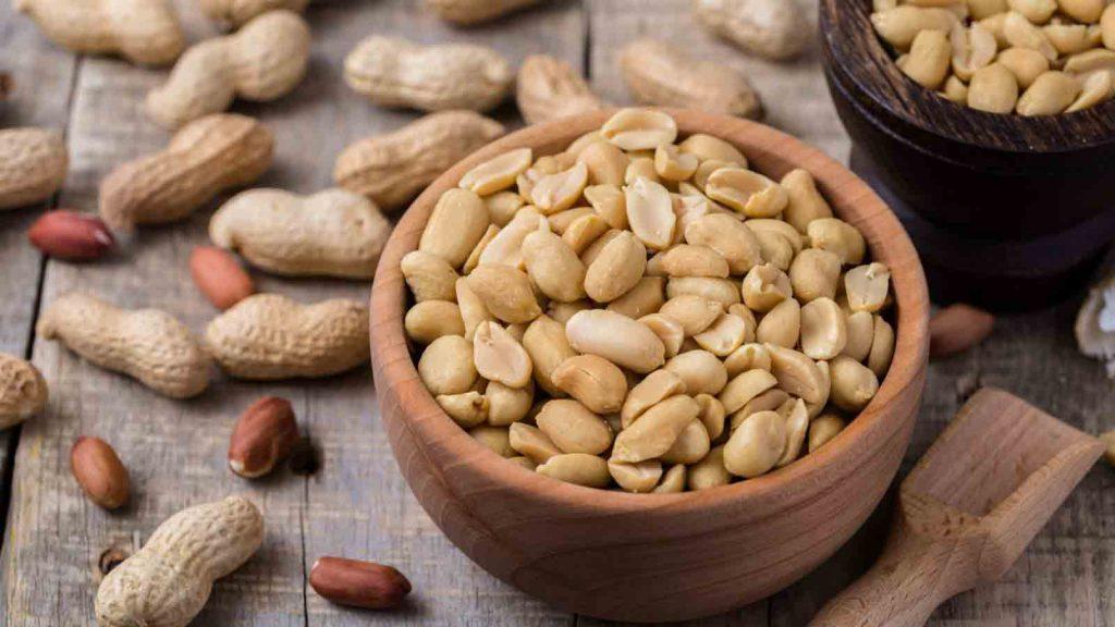 مصرف بادام زمینی برای برخی از افراد مضر میباشد.