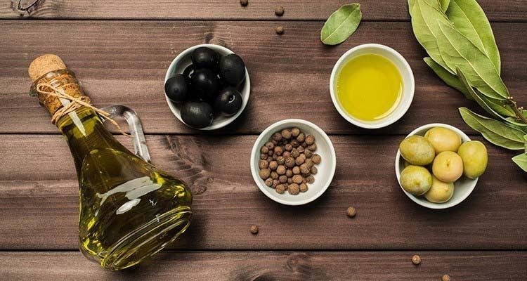 روغن زیتون سرشار از آنتیاکسیدان، پروتئین، فیبر، چربیهای مفید و ترکیبات معدنی است.
