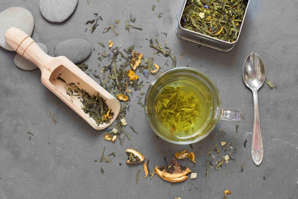 چای سبز سرشار از مقادیر زیادی آنتیاکسیدان، پلی فنول، کافئین و کلروفیل است.