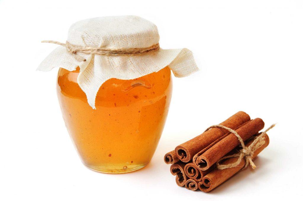 ماسک عسل و دارچین برای تقویت پوست و درخشندگی موها استفاده میشود.