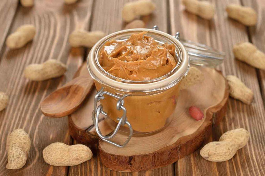 بادام زمینی حاوی مواد مغذی است که سلامت قلب را تضمین میکند.