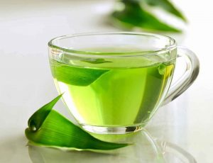 چای سبز میتواند باعث شادابی و درخشندگی موها شود.