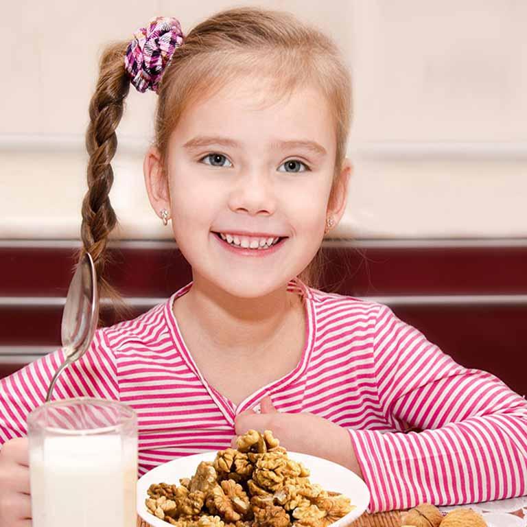مصرف گردو برای کودکان بسیار مفید است.