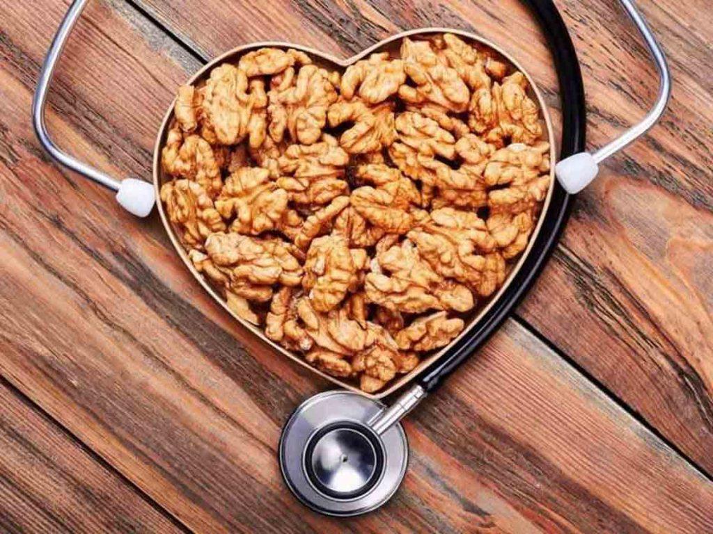 مصرف گردو باعث تنظیم فشار خون و بهبود عملکرد رگ ها میشود.