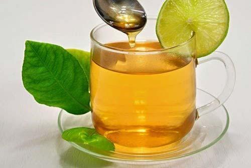 خواص چای برای پوست از این جهت است که مواد مغذی و ویتامینهای فراوانی دارد و باعث پر شدن صورت میشود.