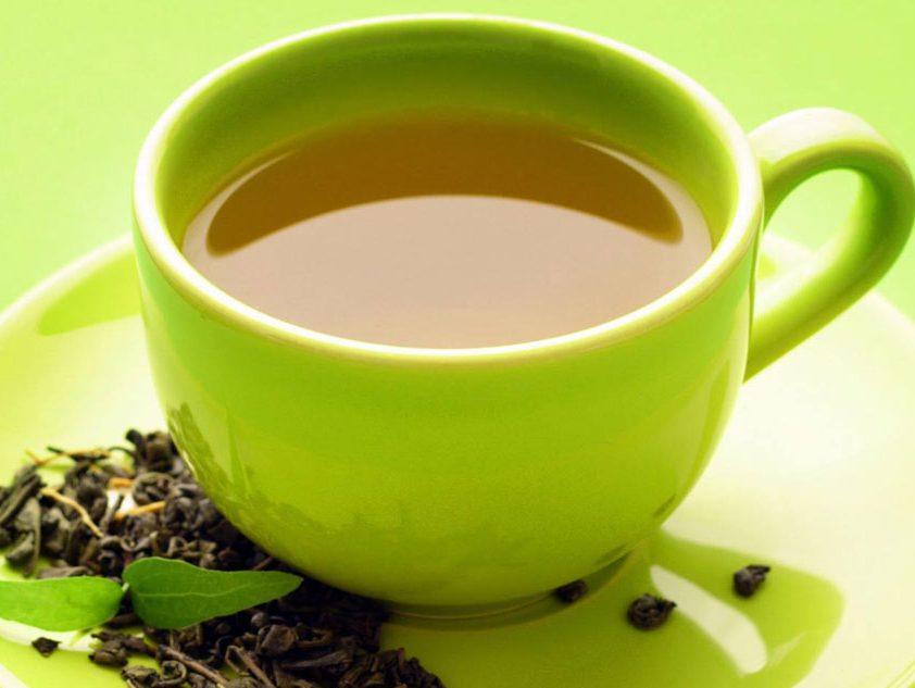 کافئین موجود در چای سبز با فواید و مضراتی همراه است.