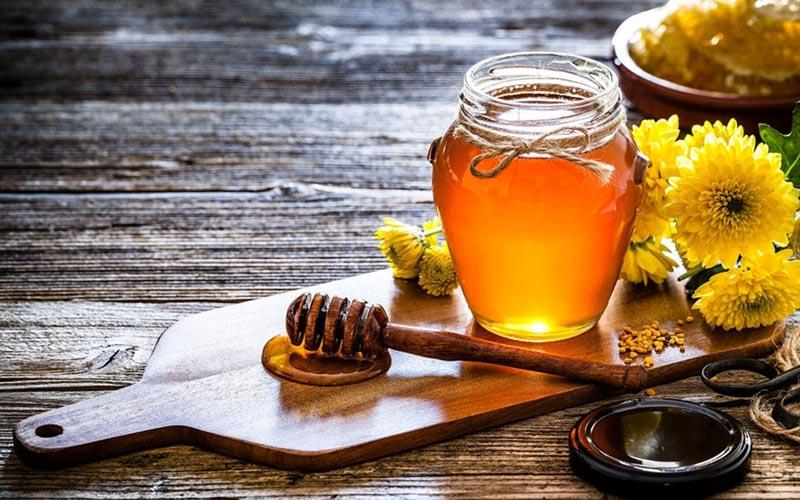 ماسک عسل برای پوست خشک لکههای پوستی رو برطرف میکند.