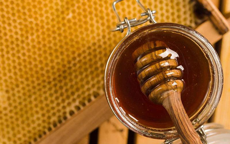 ماسک عسل برای پوست خشک ویتامینهای لازم برای پوست را تامین میکند.