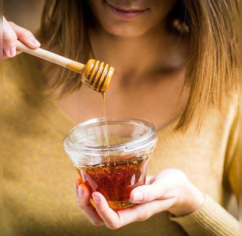 ماسک عسل به جلوگیری از ریزش مو، تقویت موهای سر، تقویت مژه، ابرو و جلوگیری از ریزش اونها کمک میکند.