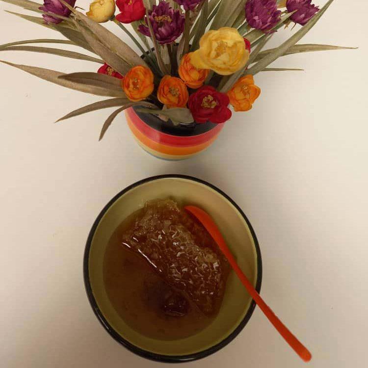 استفاده از ماسکهای ترکیبی عسل با روغنهای مفیدی مثل روغن نارگیل یا زیتون، به تقویت گردش خون در پوست سر کمک میکند.