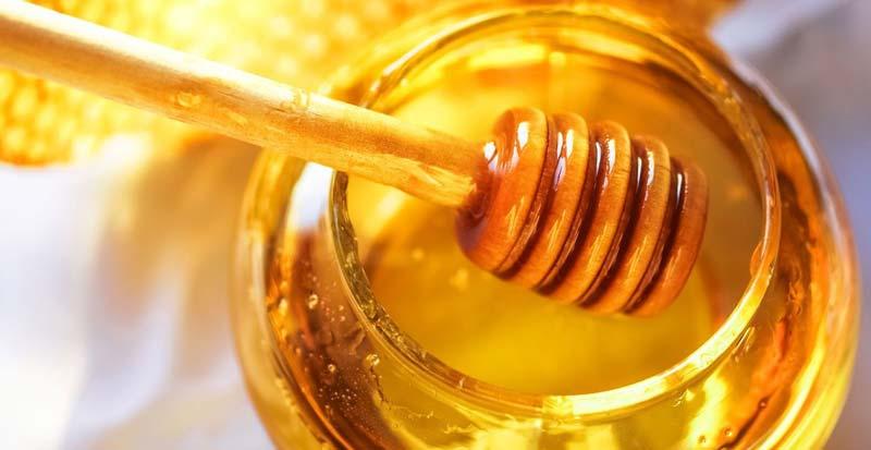 استفاده از ترکیب موز و عسل برای تقویت پیاز مو بسیار مفید است.