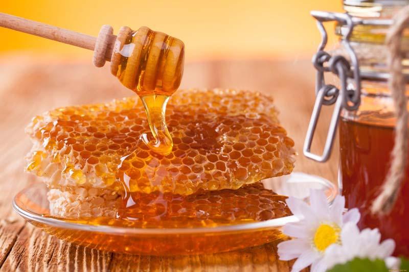 خواص عسل برای چشم بهصورت موضعی سوزش و التهاب را کاهش میدهد.