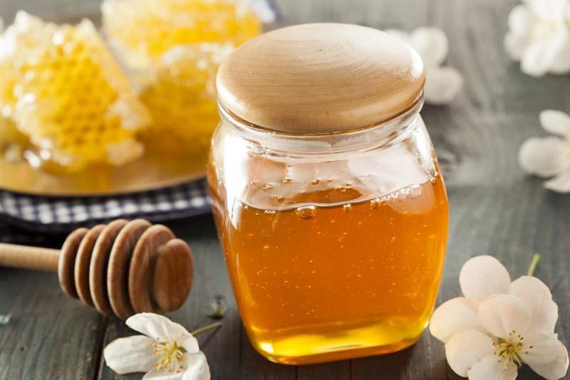 یکی از خواص عسل برای چشم تغییر رنگ مردمک چشم است.