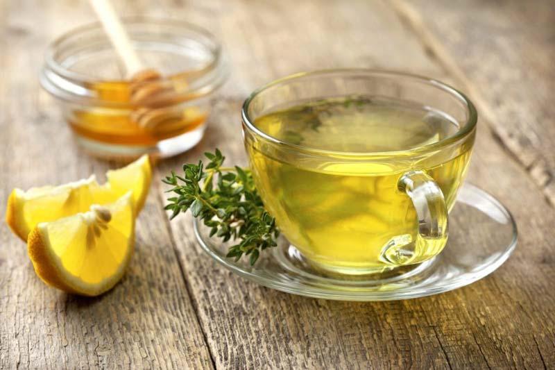 هنگام سرماخوردگی برای تسریع روند درمان میتواند از عسل و آویشن بهعنوان یک نوشیدنی موثر و شفابخش استفاده کنید.