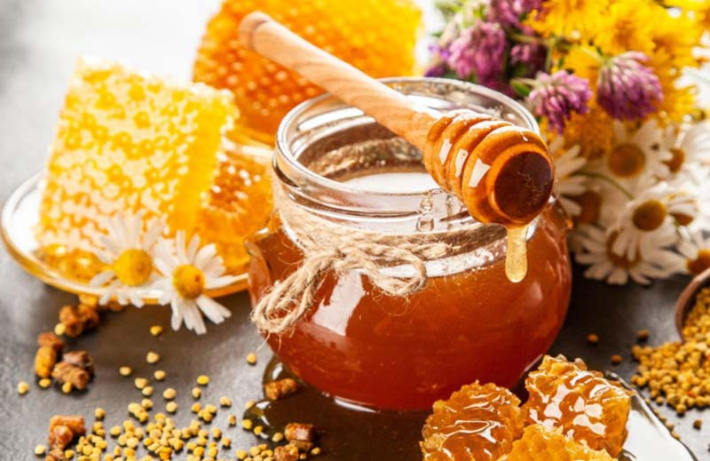مصرف عسل میتواند در بهبود روند درمان بیماری ها موثر باشد.