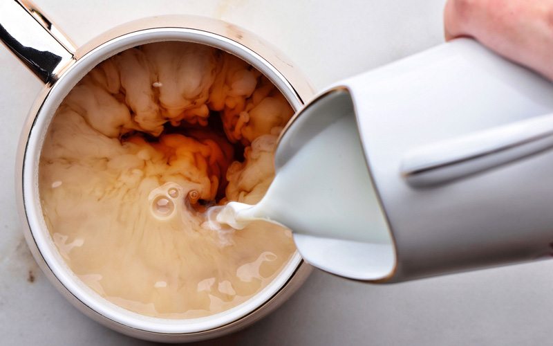 طبع چای رو میتوان با شیر تغییر داد.