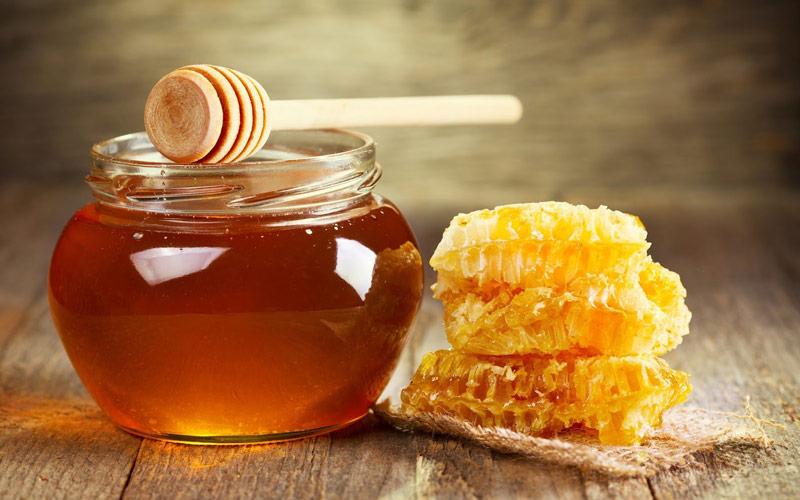 عسل خام برای درمان تب نیز استفاده میشود.