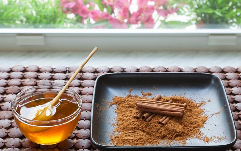 ماسک عسل و دارچین و زردچوبه برای جلوگیری از آکنه مفید میباشد.