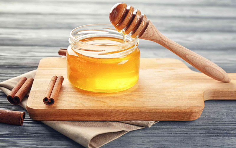 ماسک عسل و دارچین و زردچوبه برای رفع کشیدگی پوست استفاده می شود.
