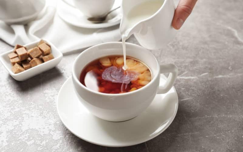 نوشیدن شیر چای ممکن است عوارضی هم داشته باشد.