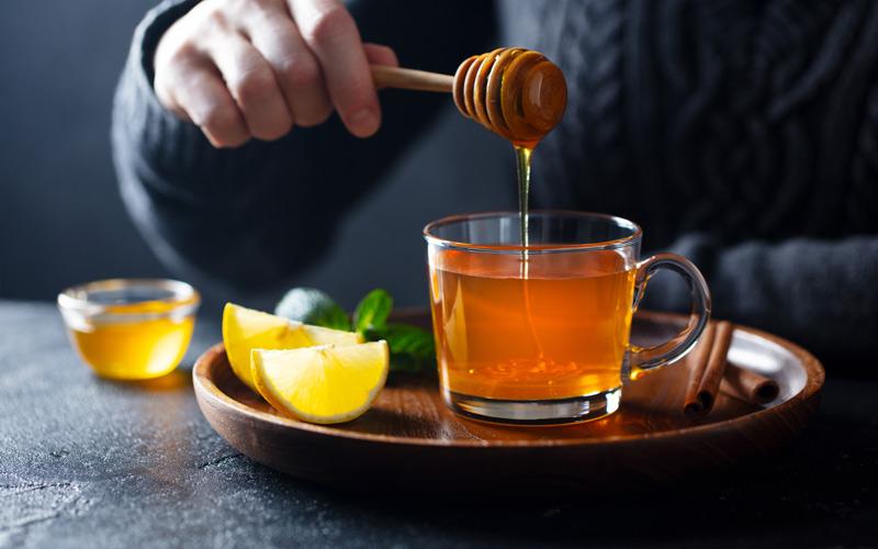 چای و عسل با هم خواص خیلی زیادی دارند