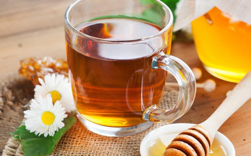 عسل و چای به سلامتی بدن کمک میکنند.