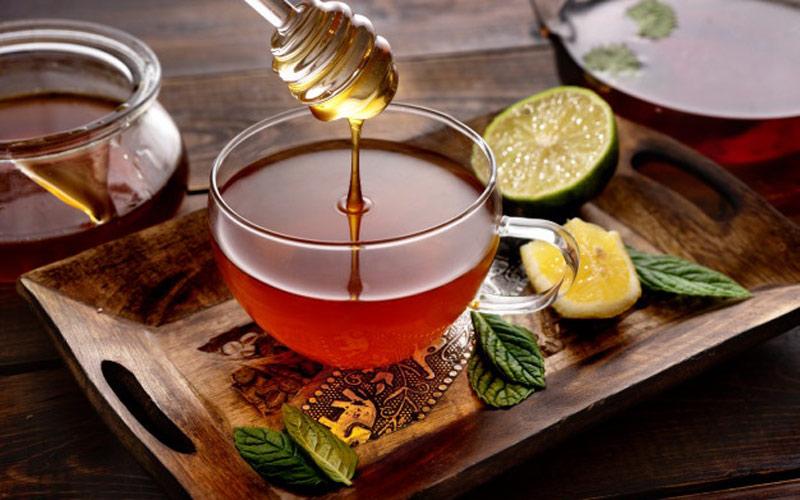 عسل و چای برای درمان سرماخوردگی مفید است.