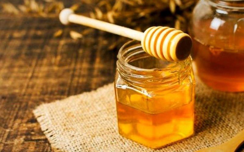 ویتامینها و مواد معدنی به درمان کرونا با عسل کمک میکنند.