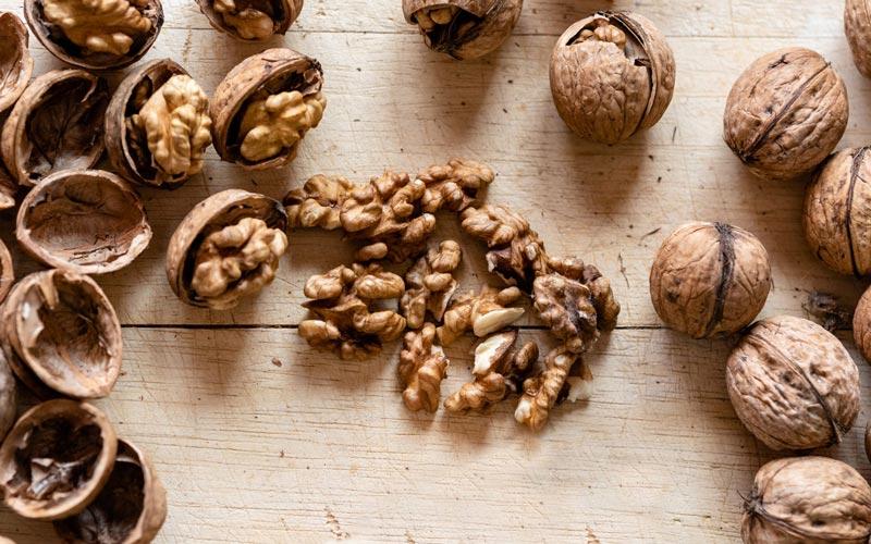 خواص گردو برای پوست شامل تنظیم هورمونها میشود