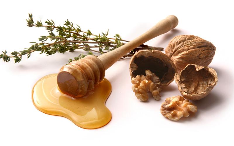 برای بهره بردن از خواص گردو برای پوست میتوانید ماسک گردو و زردچوبه درست کنید.