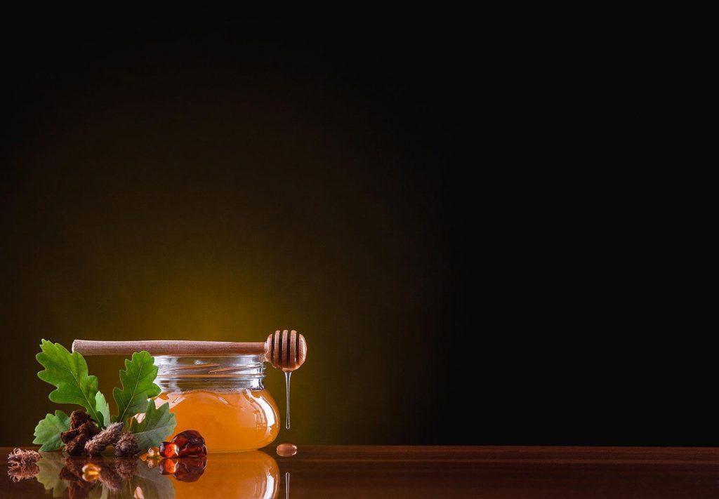 تنظیم فاکتورهای حیاتی بدن یکی از فواید ترکیب عسل و زنجبیل است.