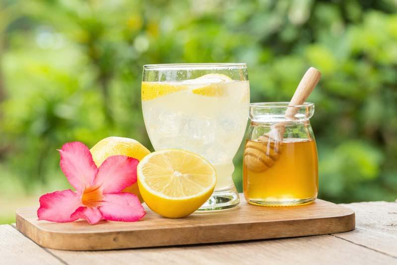 بهرهمندی از خواص شربت عسل و آبلیمو در صبح زود یکی از شیوههای کنترل آکنه محسوب میشود.